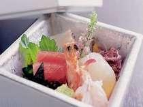 新鮮なお刺身などが並ぶ京風会席料理をどうぞ。旬の海幸もご用意させていただいております。(一例)