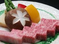 最等級の飛騨牛。本物の味は格別です!岩塩で肉そのものの旨みを味わって下さい。(一例)