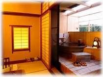 4階露天風呂付き客室の一例。滋味深い信楽焼きの露天風呂。他のには桧風の露天風呂のお部屋もあります。