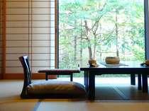 畳敷きのお部屋から覗くお庭は四季折々の表情を見せる(写真は一例)