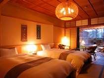 【庭・露天風呂付客室12畳】和室でありながらベッドが入ったお部屋。(写真は一例)