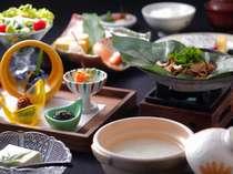 [朝食:朴葉味噌定食]『朴葉味噌』を始め、飛騨の地物をふんだんに盛り込んだ体に優しい和定食です。