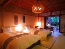 【庭・露天風呂付客室12畳】和室でありながらベッドが入ったお部屋(写真は一例)