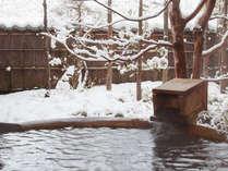 客室露天風呂は風景と湯船を独り占め。