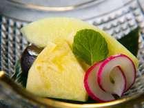【ご夕食一例】ご夕食の最後は、季節のフルーツなどをふんだんに使ったデザートをお召し上がりください。