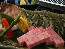 【ご夕食一例】柔らかい肉質と、網目のような霜降りが特徴の飛騨牛。素材そのものの味をお愉しみください。