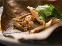 【朝食一例】朴葉の上に味噌を乗せ焼きながら食べる飛騨高山の郷土料理『朴葉味噌』。ご飯がすすみます。