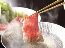 【飛騨牛】サシの入った飛騨牛をお湯にくぐらせ食すしゃぶしゃぶは、肉の旨みを最も感じられると評判。