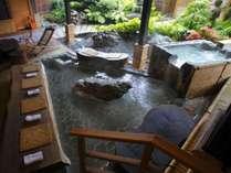 【足湯】大きな足湯は、ご宿泊されているお客様同士の憩いの場。新たな出会いがあるのも旅の醍醐味