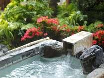【足湯】足湯に注ぐ温泉ももちろん自家源泉。とろりとした湯触りが特徴的な「美人の湯」をご満喫ください