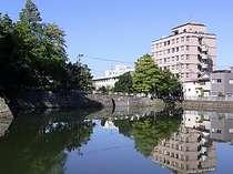 【ホテルとお堀】ホテルの目の前が、福井城址(県庁)のお濠でございます。