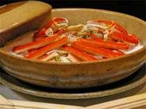 板長オススメ宝楽焼。塩をひいた上に蟹をのせ。蓋をしてじっくり焼上げる料理。ジューシーさは抜群!