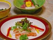 当館の自慢はお料理。とれとれの海の幸を和洋アレンジして、会席料理でお楽しみ頂けます。