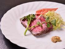 *お夕食一例(ローストビーフ)/中がほんのり赤くなる程度の焼き加減が最上。地元で採れたクレソンと共に。