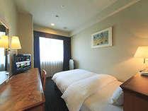 ◇シングルルーム(16平米)ベッドにはシモンズ社製デュベを採用。液晶TV完備。ユニットバス