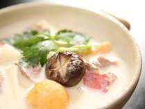 大和鍋は、鶏肉のスープと豆乳で仕立てた鍋。ヤマノイモ(大和イモ)が美味。