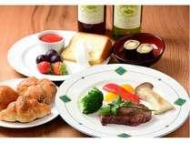 和洋折衷のフルコース料理♪(特にフィレステーキや珍しい蕎麦寿司が人気です)また手作りワインも大好評!