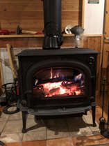 冬期は大活躍の薪ストーブ炎の揺らめきを眺めていると癒されます
