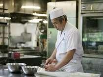 調理長、鳴海の料理をお楽しみください。