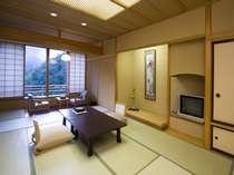 【本館12畳】あつみ岳を望む本館。あつみの四季を感じられるゆったりとしたお部屋です。広い12畳の本館客室