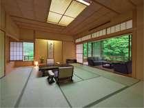 【プレミアムスイート】最上階露天風呂付あつみの景観を楽しめる開放的な空間です。