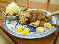 夕食一例/別注の「鶏丸蒸し」(要事前予約/税別3500円)うなぎ湖畔の名物スメ料理です。