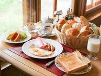 朝食の一例(オムレツ、スクランブルエッグ、目玉焼きから選べます)