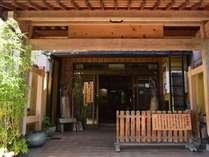 【外観】伝統的な町並みの一角に佇む小さな旅館。心地よいおもてなしを心がけております。