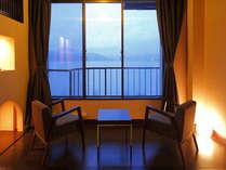 【広縁】湖側のお部屋から諏訪湖が一望出来ます。