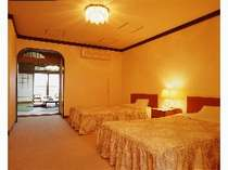 ベッドで休める洋室のある、ゆとりある造りの和洋室