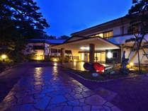 *【外観/夜】三保の松原内に佇む和風旅館。ごゆっくりお寛ぎください。