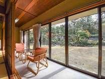 *【雅】1階・庭園を望む和室一例:目の前に優雅な日本庭園が広がります