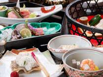 *【夕食一例】旬・土地の食材にこだわった趣向豊かな献立を、盛り付けや器の彩りと共にお楽しみ下さい