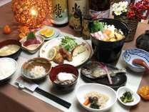 夕食いいやまみゆきポークきのこ鍋、川魚塩焼き、馬刺し、信州そば、大根煮物、フルーツ、野沢菜など