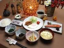 朝食 ホウレン草のお浸し、目玉焼き、焼き魚、タケノコ煮物、ひじきの煮物