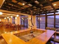 お食事は囲炉裏と大きな窓が開放的なこちらのお食事処でご用意いたします。