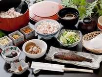 頭も骨も全部まるごと召し上がれる「ニジマスの甘露煮」と大粒の月夜野産納豆は大人気のご飯と相性抜群