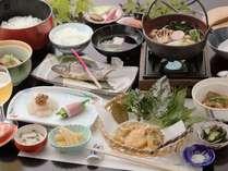 「つみくさ料理」スタンダードメニュー手作りこんにゃく、メグスリの葉、桑の葉の天ぷら、スイバと・・