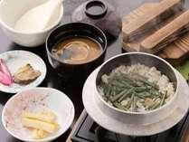 山菜がたっぷり入った山菜釜めし。炊きあがり「アツアツ」でお召し上がりください♪
