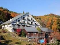 秋の紅葉風景。稲刈り後の棚田と色とりどりに染まった山々!
