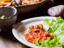 *赤城鶏香草焼きトマトソース仕立て/群馬の希少な高級鶏を、コクと味わい深いトマトソースに絡めた一品。