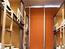 【6名様用個室】入口カーテンを閉めてご利用いただきます 鍵付ロッカーを6台設置しております