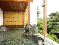 露天風呂からは緑の樹々、山々を望むことができます。