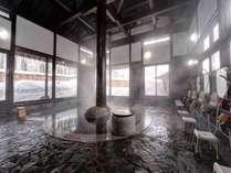 *【温泉:内風呂(冬)】大きな窓からは四季の景色が楽しめます。冬は雪見風呂をご堪能ください