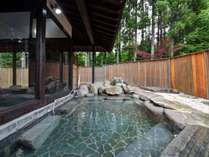 *【露天風呂(一例)】原生林を眺める露天風呂