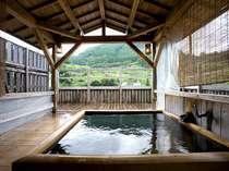 開放感溢れる総檜露天は、貸切OK!山景色と掛け流しの温泉を存分に楽しめる
