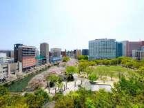ホテル外観と天神中央公園
