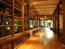 【館内廊下】湯回廊でつながれた館内。湯めぐりしながら館内めぐりをお愉しみ下さい。