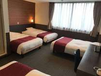 【ファミリー4ベッドルーム】ベッド幅は123cmのセミダブルベッドが4台常設。お部屋の広さは24平米