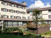 栂池自然園への玄関「栂池高原駅」まで0分2階テラスより直接ゴンドラ駅へ出ることが出来ます
